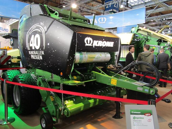 Nuova Comprima V 180 XC nella versione allestita per i quaranta anni di produzione delle rotopresse Krone