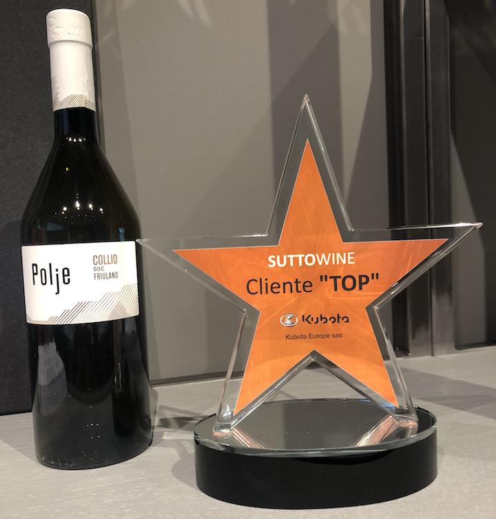 Premio Kubota accanto ad uno dei vini prodotti dall'azienda Sutto