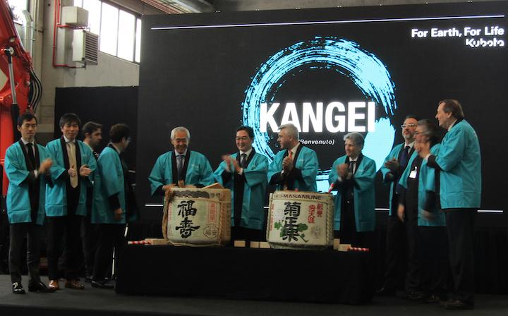 Cerimonia del sake durante l'inaugurazione della sede di Kubota