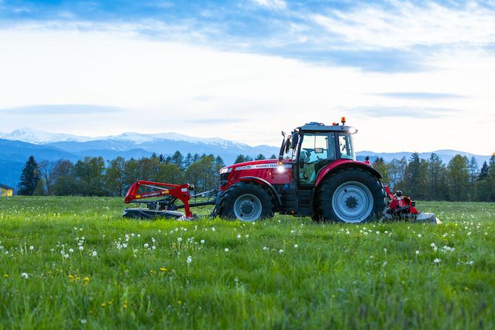 MF 7719 S impegnato nello sfalcio dell'erba