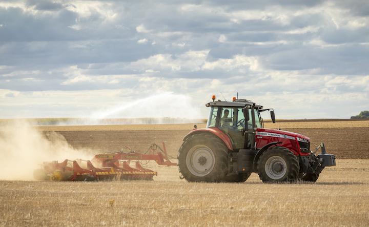 MF 7719 S al lavoro con un coltivatore Vaderstad Carrier