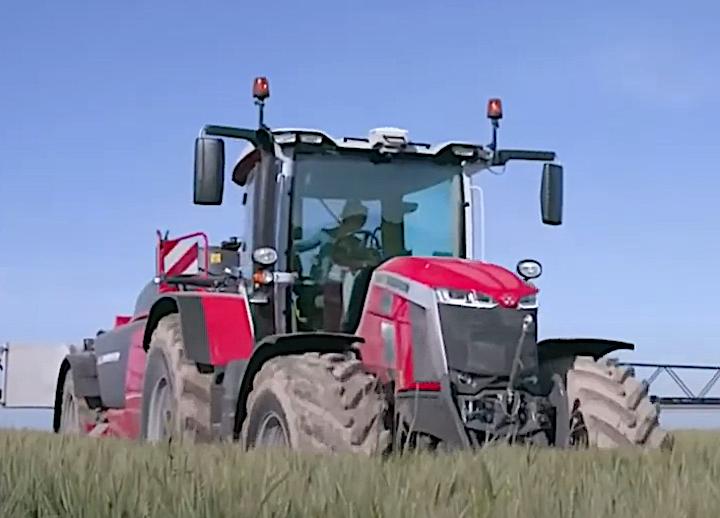 MF 8S al lavoro in campo