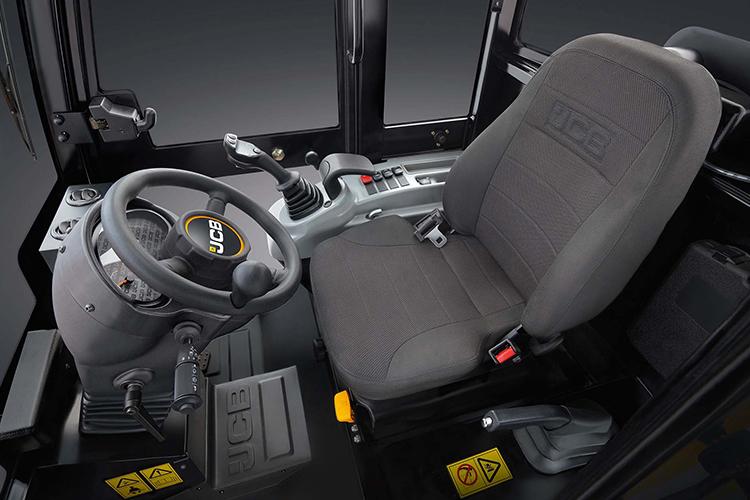 Nuova cabina della JCB Agri 403, progettata per combinare la massima compattezza esterna con la miglior abitabilità interna
