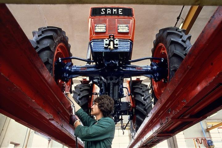 Un operaio al lavoro su un trattore Same