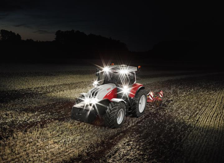 Steyr 6240 Absolut CVT opera senza problemi anche di notte