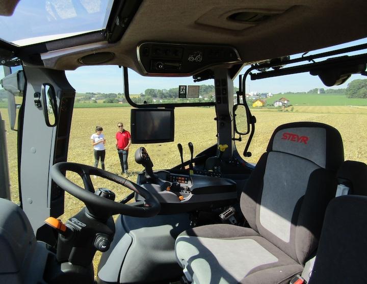Cabina con nuovo bracciolo Multicontroller sugli Steyr Expert CVT