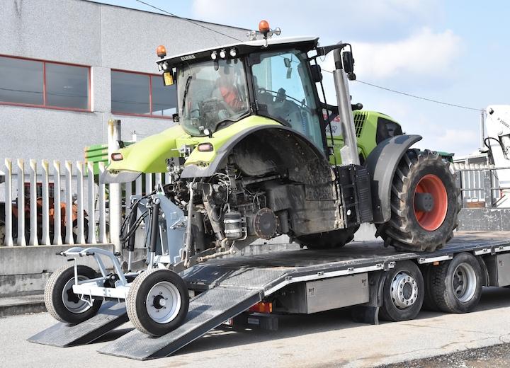 Atlas 1000 permette il caricamento di trattori sui camion