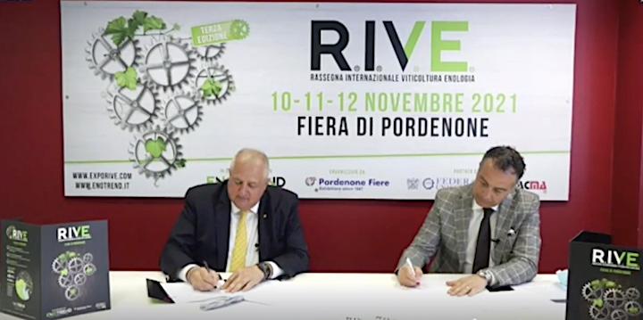 Renato Pujattidi Pordenone Fiere e Roberto Rinaldindi Federacmafirmano l'accordo