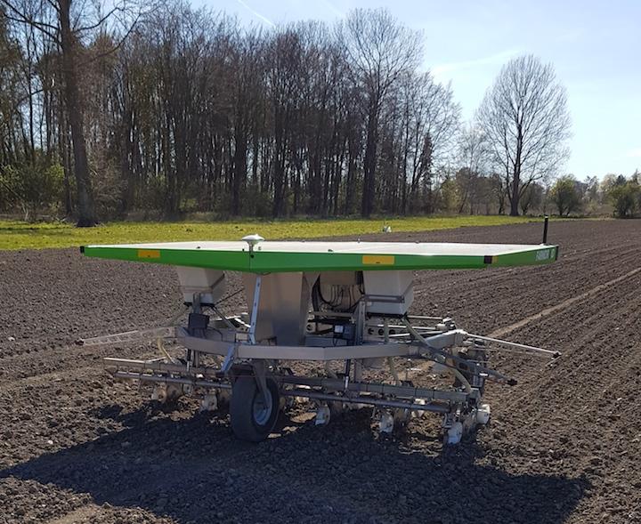 Robot Farmdroid all'opera in campo