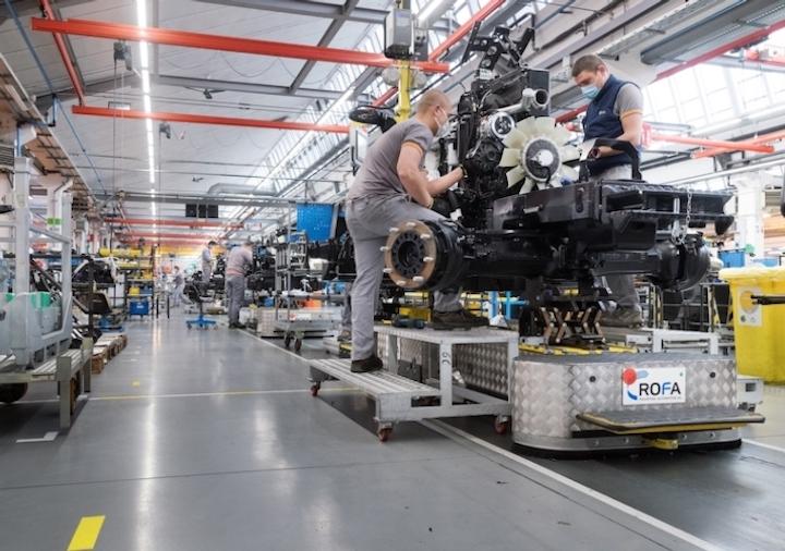 Montaggio di motori in una linea di produzione