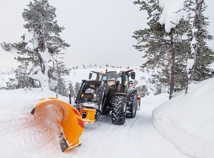 Valtra G135 al lavoro d'inverno nel bosco