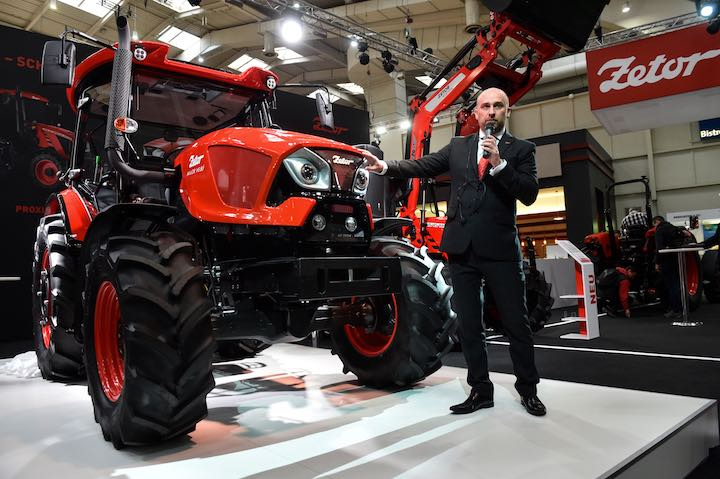 Robert Todt, sales e marketing director di Zetor Tractors, accanto al nuovo Major HS 80