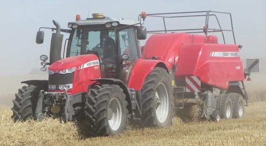 MF 7618 con attrezzatura agricola per fienagione