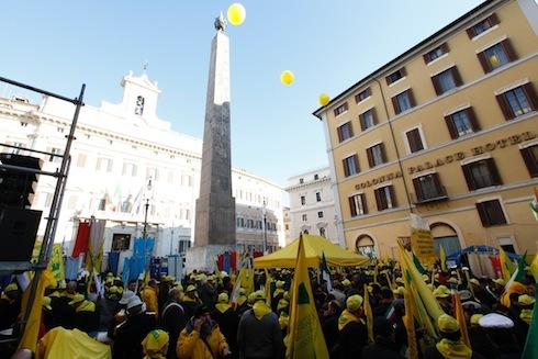 La protesta coldiretti si allarga maiali in piazza for Piazza montecitorio 12